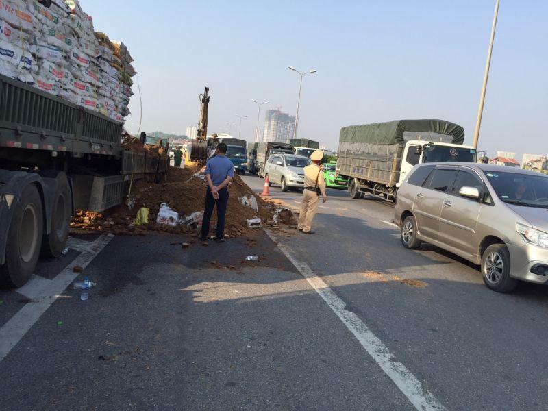 Xe container cháy ngùn ngụt trên cầu Thanh Trì do chập điện Ảnh 1
