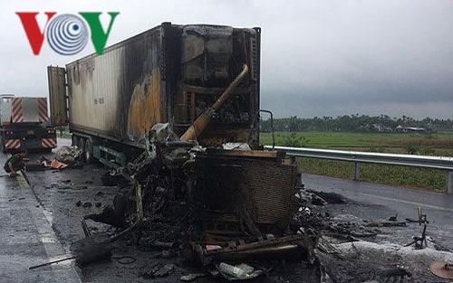 Xe container bị cháy rụi sau cú va chạm Ảnh 1