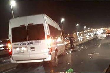 Xe 16 chỗ va chạm với xe bán tải đang dừng làm 2 người thương vong Ảnh 1