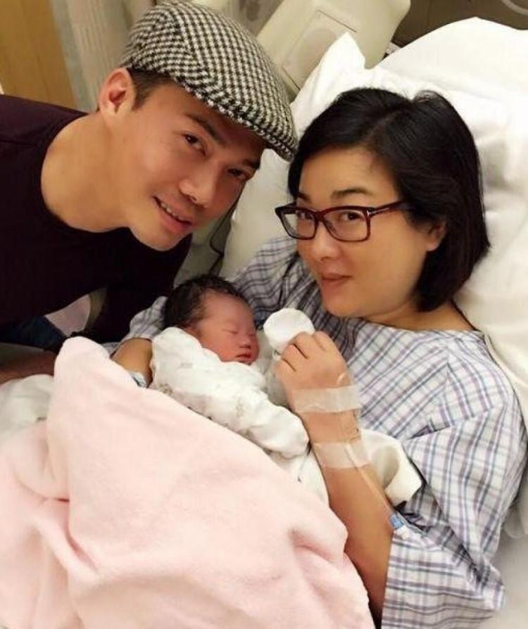 'Sếp Laughing' Tạ Thiên Hoa đón con gái thứ hai ở tuổi 51 Ảnh 4