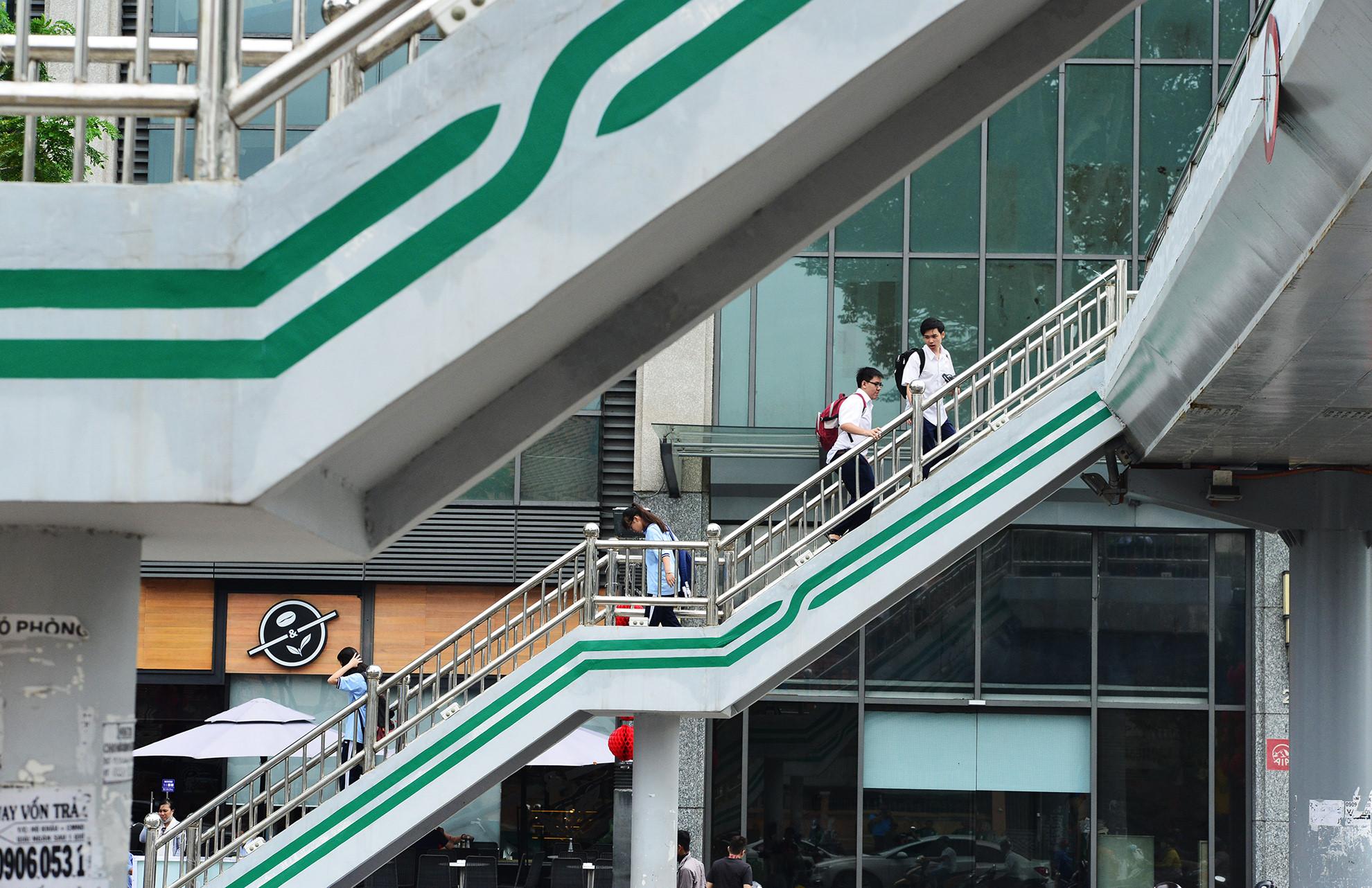 Cầu bộ hành Sài Gòn được phủ xanh, thu hút nhiều bạn trẻ Ảnh 6