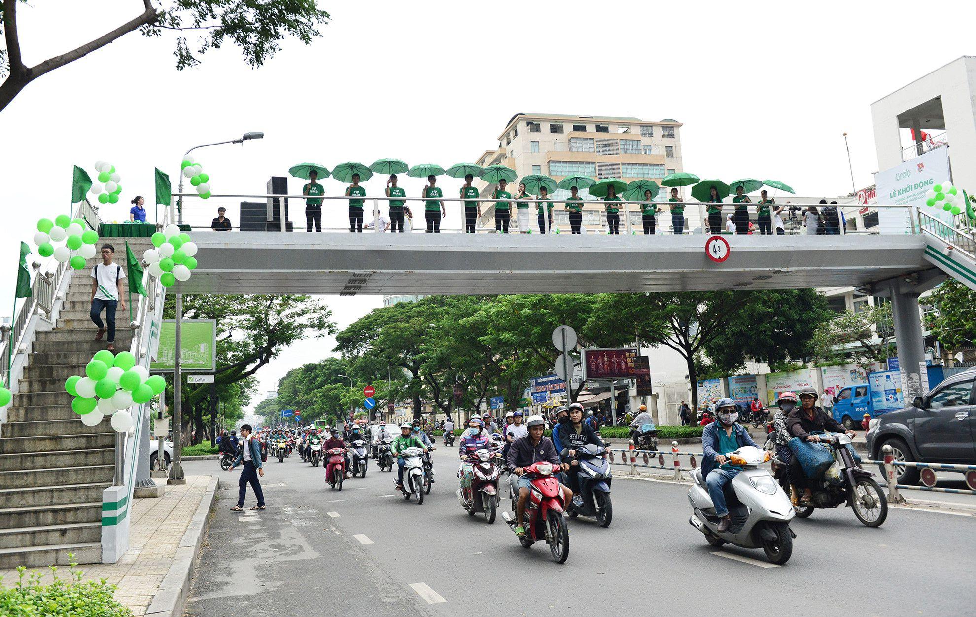 Cầu bộ hành Sài Gòn được phủ xanh, thu hút nhiều bạn trẻ Ảnh 4