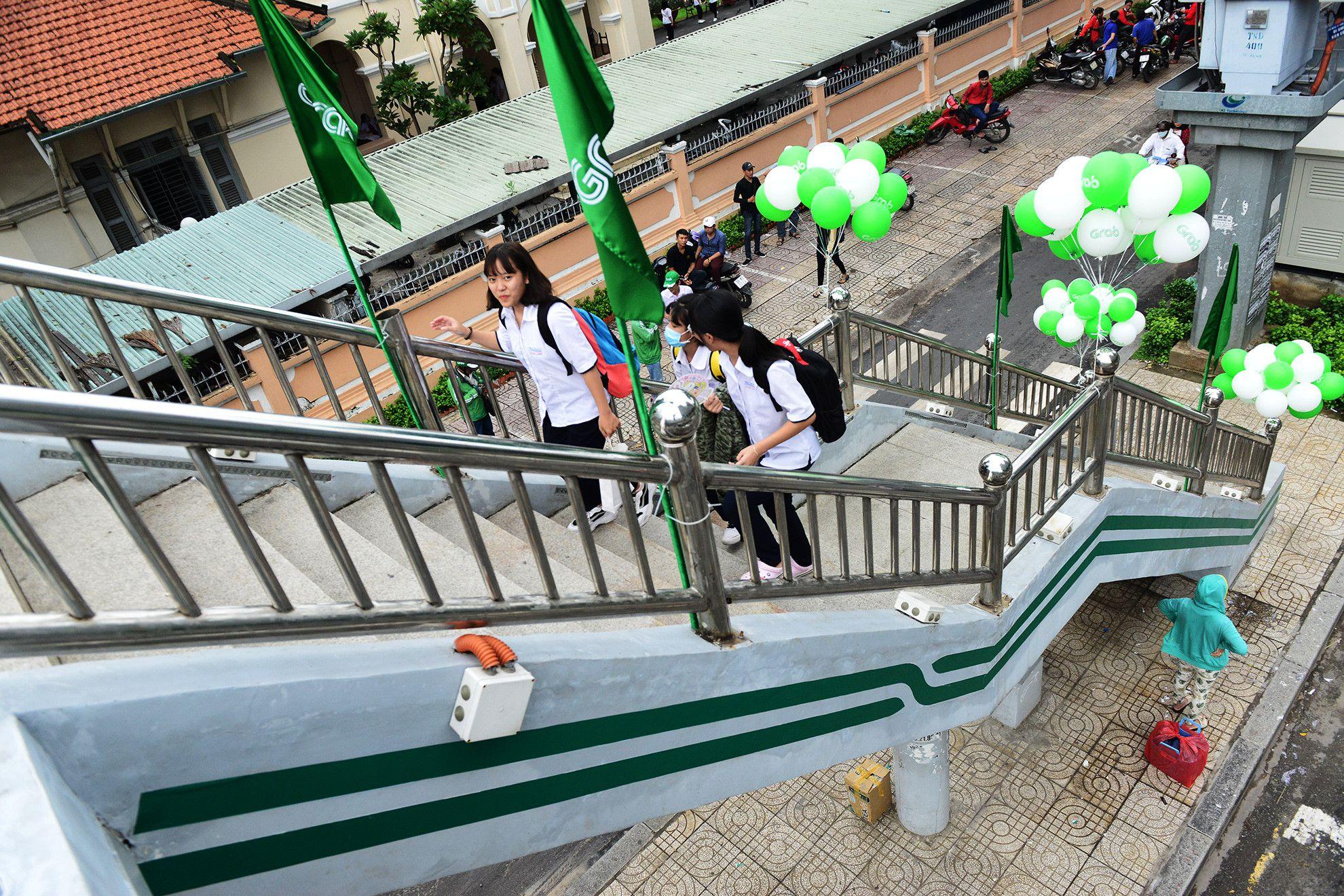 Cầu bộ hành Sài Gòn được phủ xanh, thu hút nhiều bạn trẻ Ảnh 2