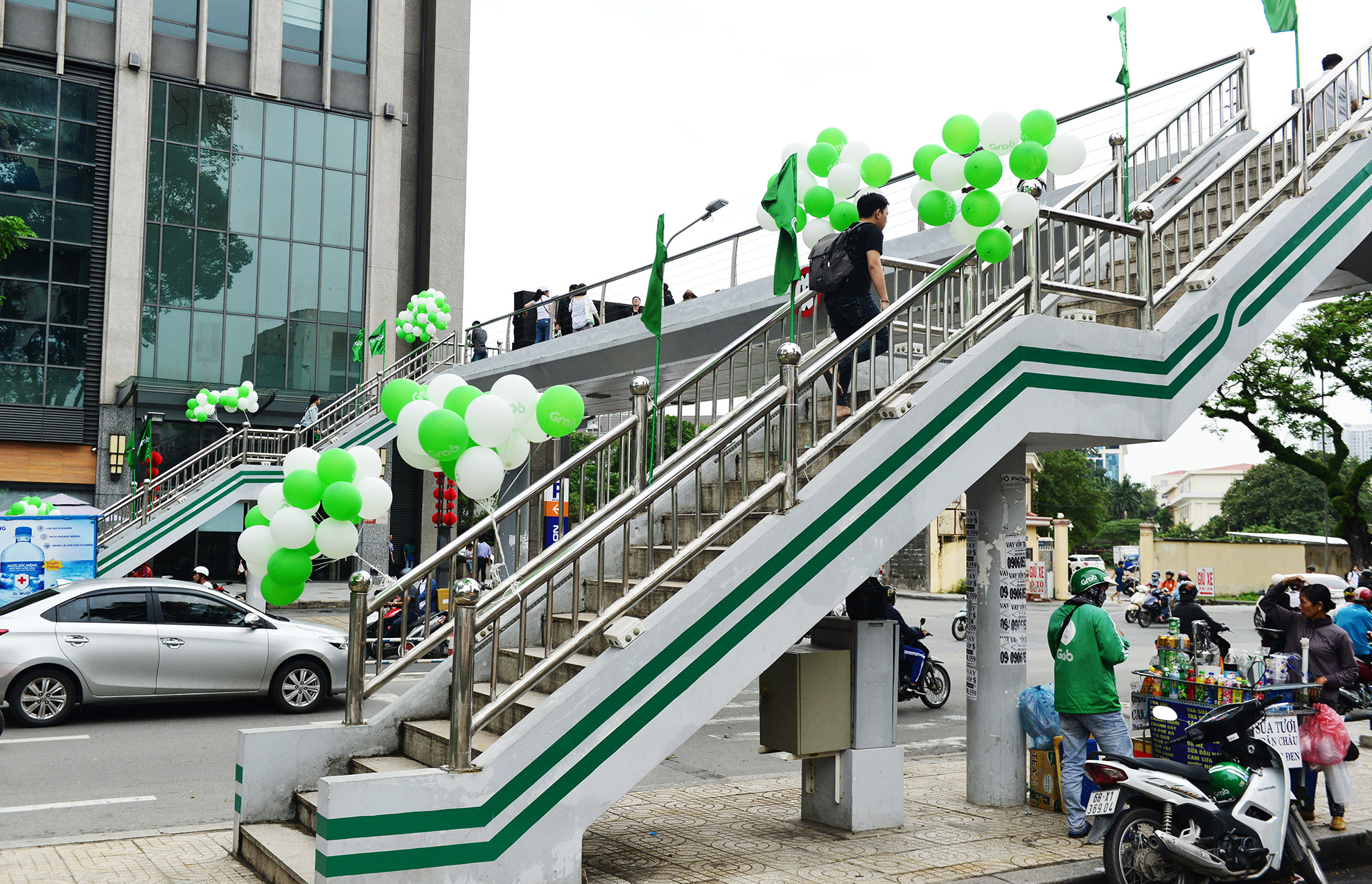 Cầu bộ hành Sài Gòn được phủ xanh, thu hút nhiều bạn trẻ Ảnh 1