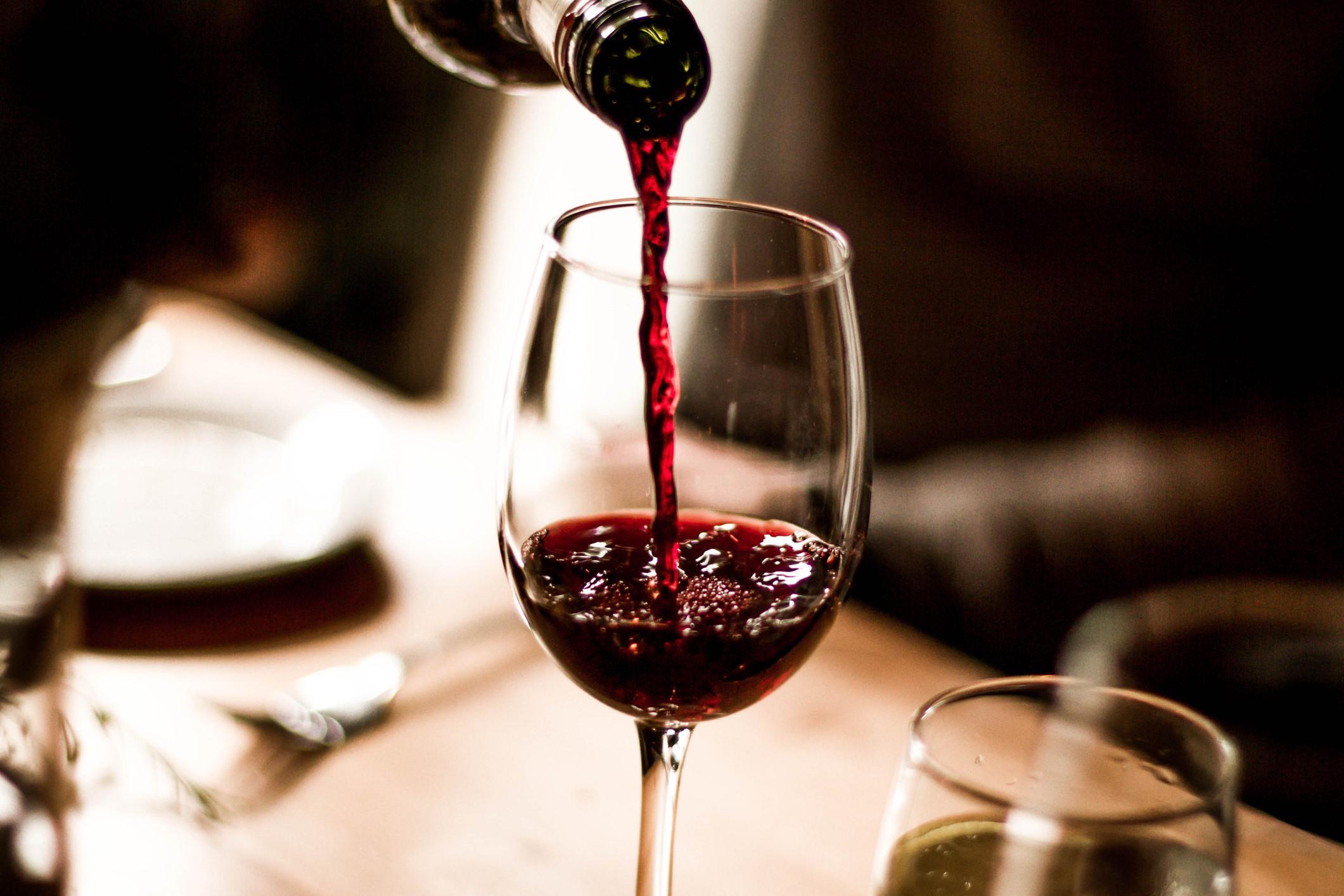 Ly rượu hàng ngày làm tăng nguy cơ tử vong sớm lên 20% Ảnh 1