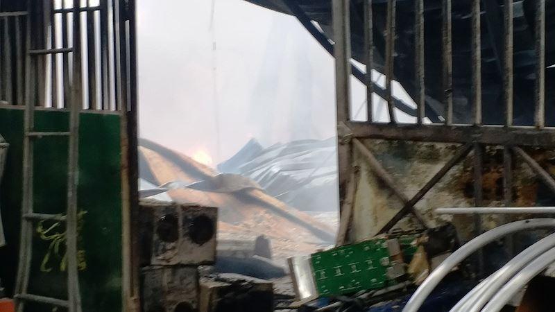 Phân xưởng đan ghế nhựa cháy ròng rã hơn hai giờ liền Ảnh 3