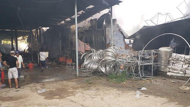 Phân xưởng đan ghế nhựa cháy ròng rã hơn hai giờ liền Ảnh 7