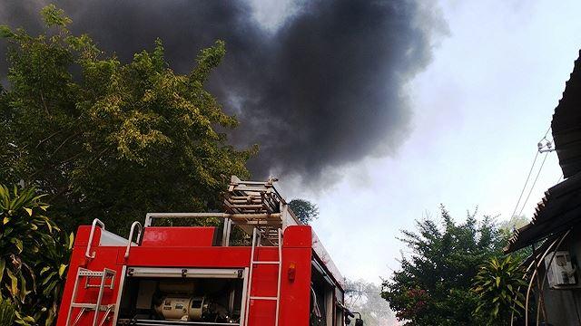 Phân xưởng đan ghế nhựa cháy ròng rã hơn hai giờ liền Ảnh 1