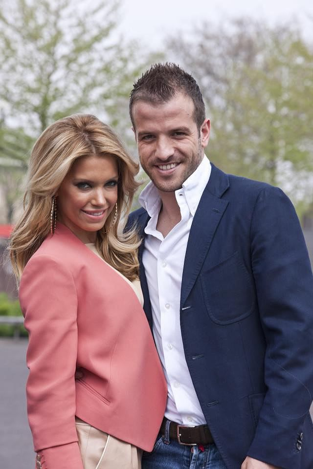 Vợ cũ của Van der Vaart quá gợi cảm với váy ren khoét xẻ bạo Ảnh 7