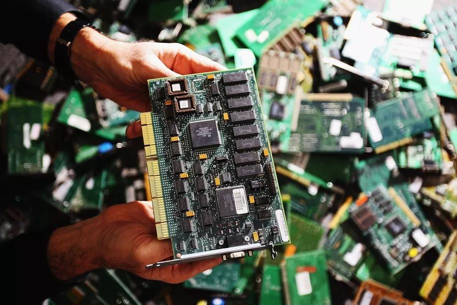 Con chip 'đầu bút chì' giúp hack máy chủ Apple, Amazon từ xa thế nào? Ảnh 2