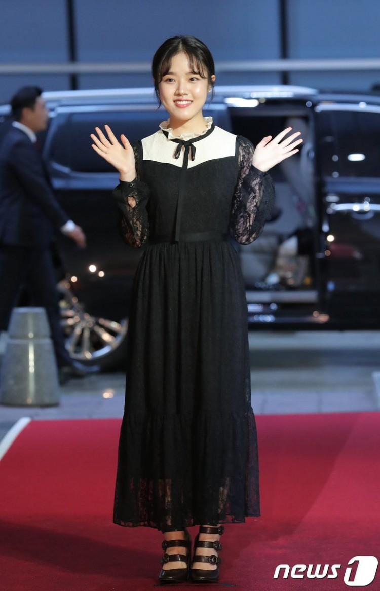Thảm đỏ Buil Film Awards 2018: Sooyoung (SNSD) khoe chân dài miên man, Kim Hee Ae khiến truyền thông choáng ngợp vì nhan sắc không tuổi Ảnh 13