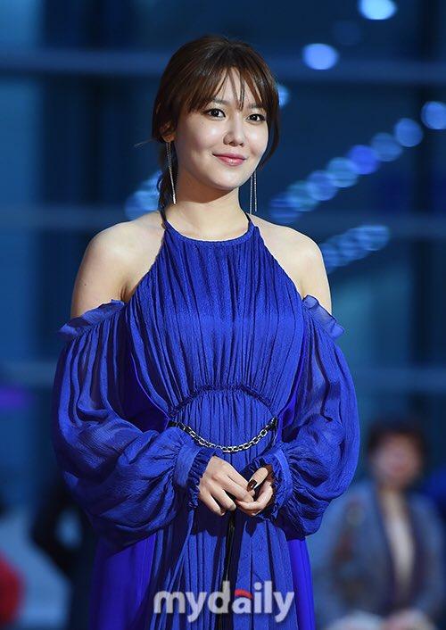 Thảm đỏ Buil Film Awards 2018: Sooyoung (SNSD) khoe chân dài miên man, Kim Hee Ae khiến truyền thông choáng ngợp vì nhan sắc không tuổi Ảnh 2