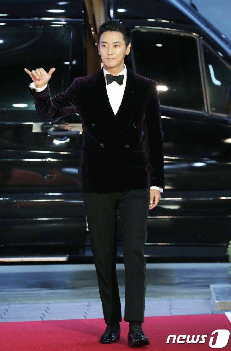Thảm đỏ Buil Film Awards 2018: Sooyoung (SNSD) khoe chân dài miên man, Kim Hee Ae khiến truyền thông choáng ngợp vì nhan sắc không tuổi Ảnh 17