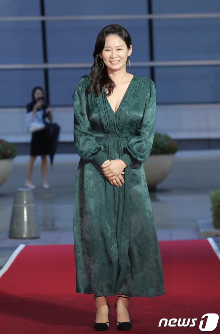 Thảm đỏ Buil Film Awards 2018: Sooyoung (SNSD) khoe chân dài miên man, Kim Hee Ae khiến truyền thông choáng ngợp vì nhan sắc không tuổi Ảnh 21