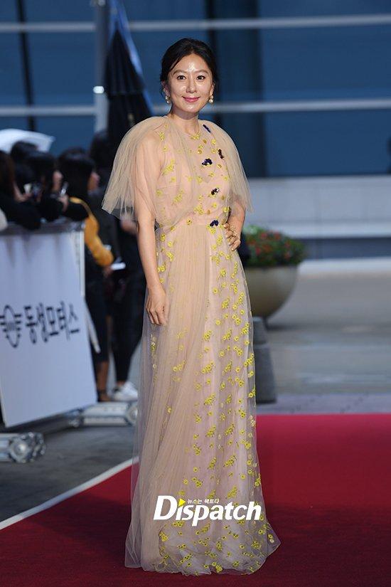Thảm đỏ Buil Film Awards 2018: Sooyoung (SNSD) khoe chân dài miên man, Kim Hee Ae khiến truyền thông choáng ngợp vì nhan sắc không tuổi Ảnh 7