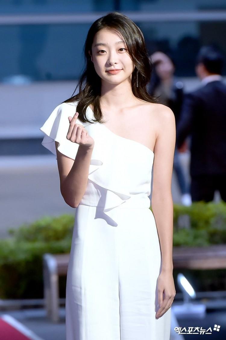 Thảm đỏ Buil Film Awards 2018: Sooyoung (SNSD) khoe chân dài miên man, Kim Hee Ae khiến truyền thông choáng ngợp vì nhan sắc không tuổi Ảnh 9
