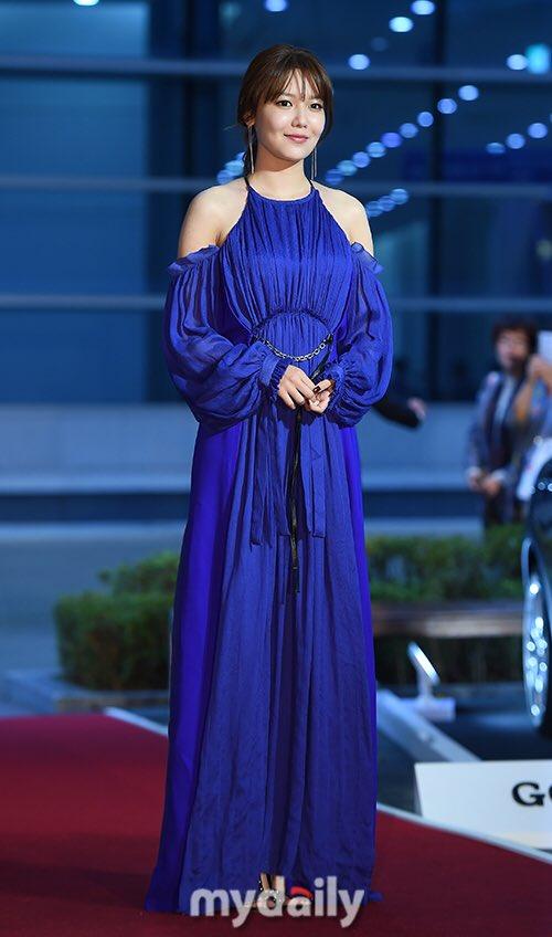 Thảm đỏ Buil Film Awards 2018: Sooyoung (SNSD) khoe chân dài miên man, Kim Hee Ae khiến truyền thông choáng ngợp vì nhan sắc không tuổi Ảnh 3