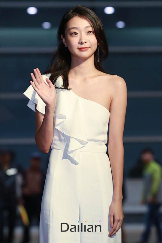 Thảm đỏ Buil Film Awards 2018: Sooyoung (SNSD) khoe chân dài miên man, Kim Hee Ae khiến truyền thông choáng ngợp vì nhan sắc không tuổi Ảnh 10