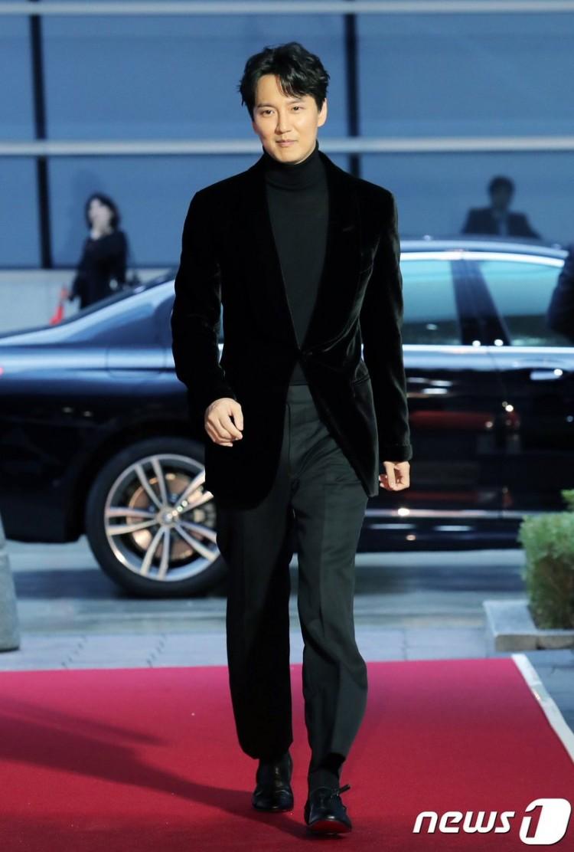 Thảm đỏ Buil Film Awards 2018: Sooyoung (SNSD) khoe chân dài miên man, Kim Hee Ae khiến truyền thông choáng ngợp vì nhan sắc không tuổi Ảnh 12
