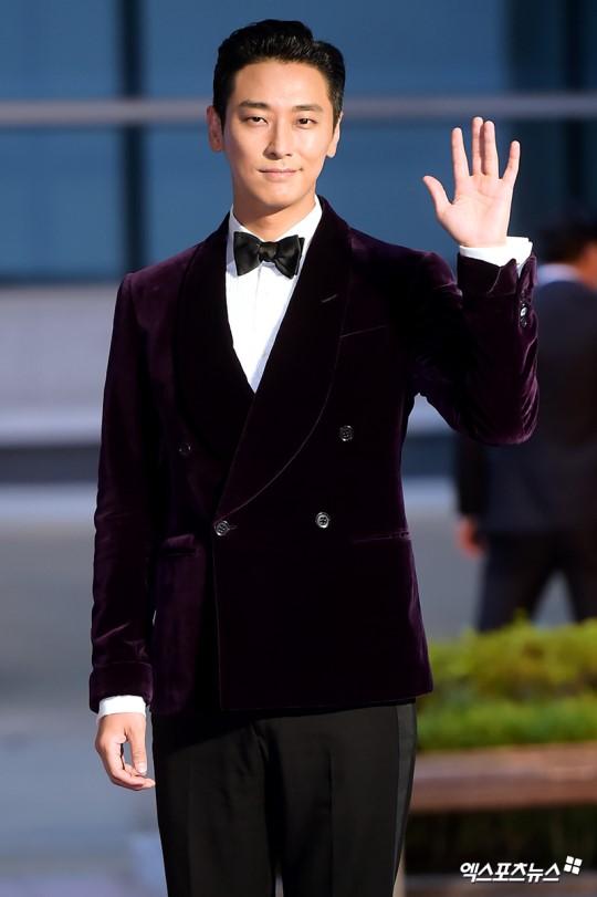 Thảm đỏ Buil Film Awards 2018: Sooyoung (SNSD) khoe chân dài miên man, Kim Hee Ae khiến truyền thông choáng ngợp vì nhan sắc không tuổi Ảnh 18