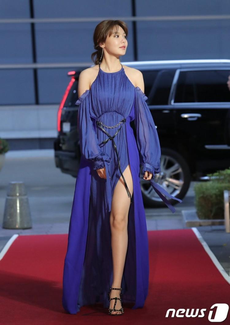Thảm đỏ Buil Film Awards 2018: Sooyoung (SNSD) khoe chân dài miên man, Kim Hee Ae khiến truyền thông choáng ngợp vì nhan sắc không tuổi Ảnh 4