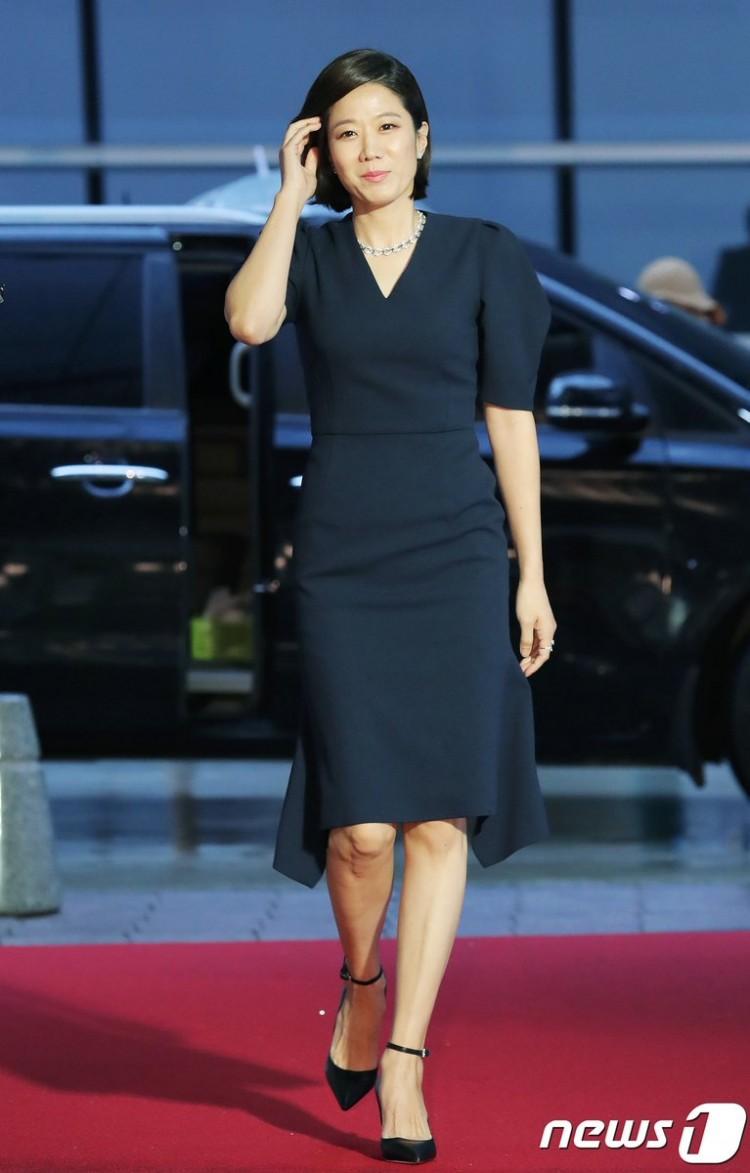 Thảm đỏ Buil Film Awards 2018: Sooyoung (SNSD) khoe chân dài miên man, Kim Hee Ae khiến truyền thông choáng ngợp vì nhan sắc không tuổi Ảnh 20