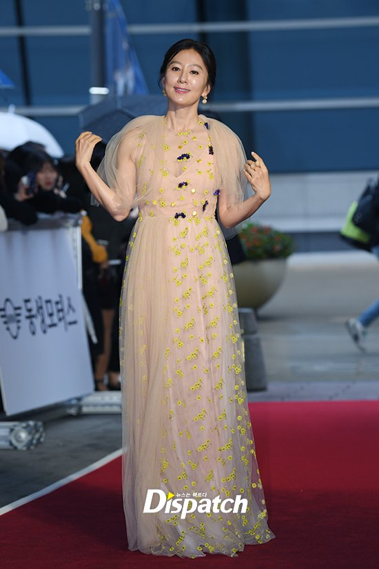 Thảm đỏ Buil Film Awards 2018: Sooyoung (SNSD) khoe chân dài miên man, Kim Hee Ae khiến truyền thông choáng ngợp vì nhan sắc không tuổi Ảnh 6
