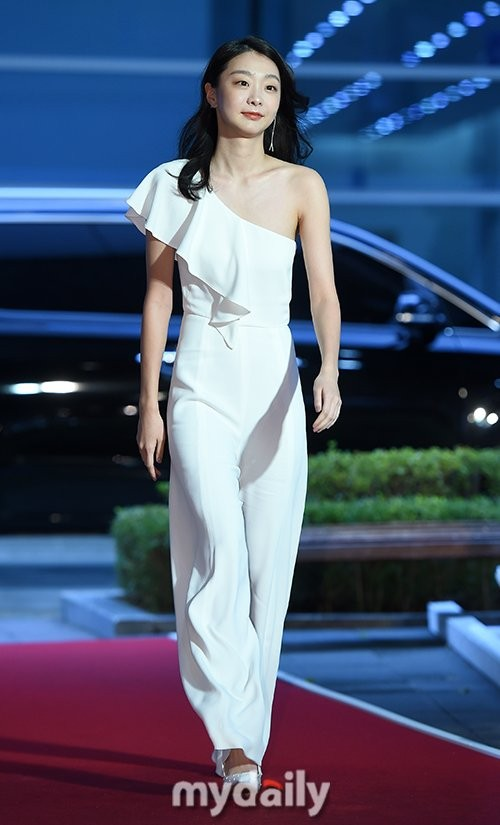 Thảm đỏ Buil Film Awards 2018: Sooyoung (SNSD) khoe chân dài miên man, Kim Hee Ae khiến truyền thông choáng ngợp vì nhan sắc không tuổi Ảnh 11