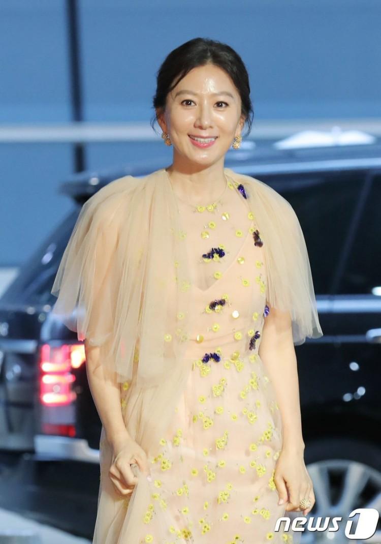 Thảm đỏ Buil Film Awards 2018: Sooyoung (SNSD) khoe chân dài miên man, Kim Hee Ae khiến truyền thông choáng ngợp vì nhan sắc không tuổi Ảnh 5