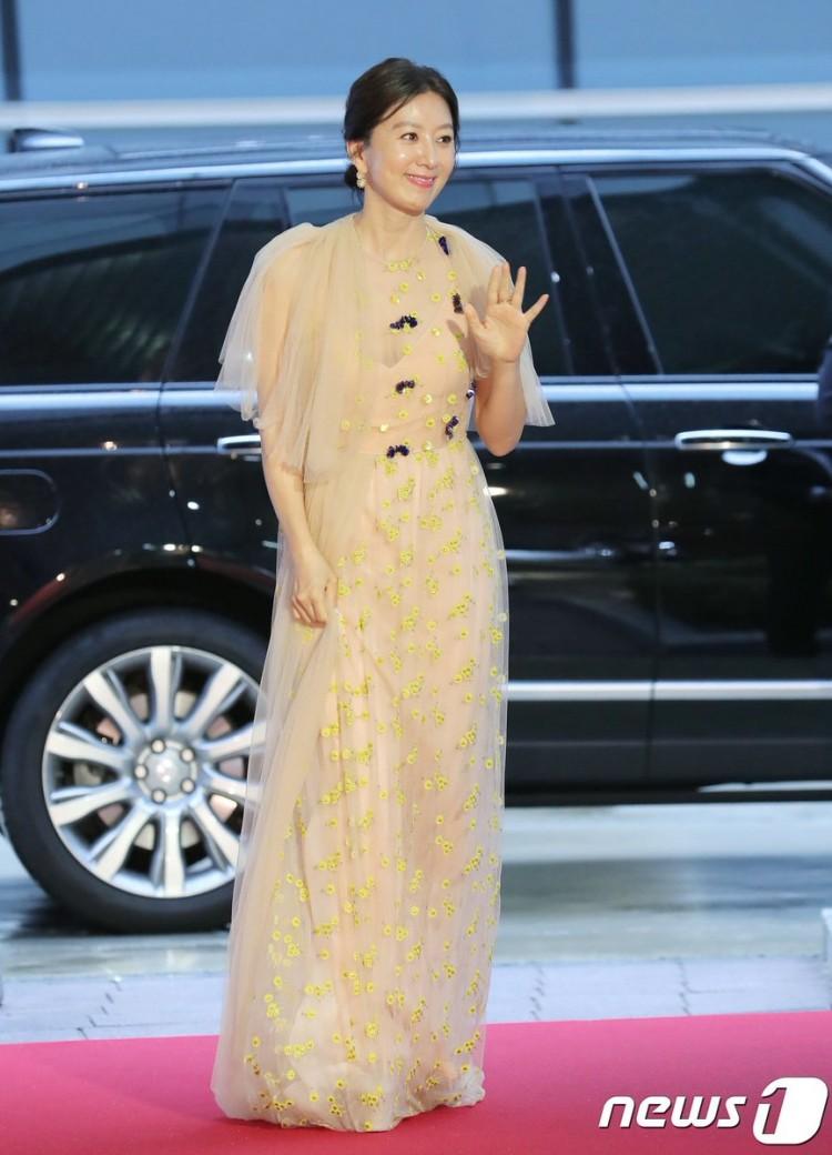 Thảm đỏ Buil Film Awards 2018: Sooyoung (SNSD) khoe chân dài miên man, Kim Hee Ae khiến truyền thông choáng ngợp vì nhan sắc không tuổi Ảnh 8