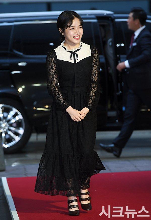 Thảm đỏ Buil Film Awards 2018: Sooyoung (SNSD) khoe chân dài miên man, Kim Hee Ae khiến truyền thông choáng ngợp vì nhan sắc không tuổi Ảnh 15