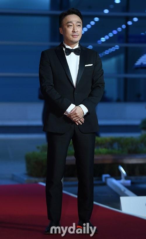 Thảm đỏ Buil Film Awards 2018: Sooyoung (SNSD) khoe chân dài miên man, Kim Hee Ae khiến truyền thông choáng ngợp vì nhan sắc không tuổi Ảnh 19