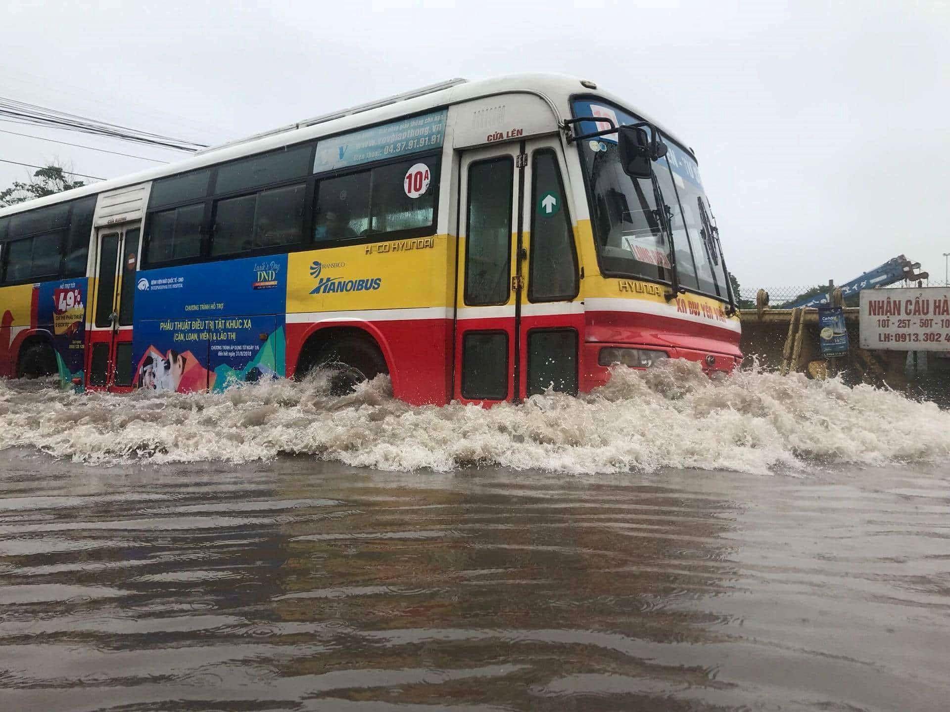 Những thói quen gây hại khi lái xe máy mùa mưa Ảnh 3