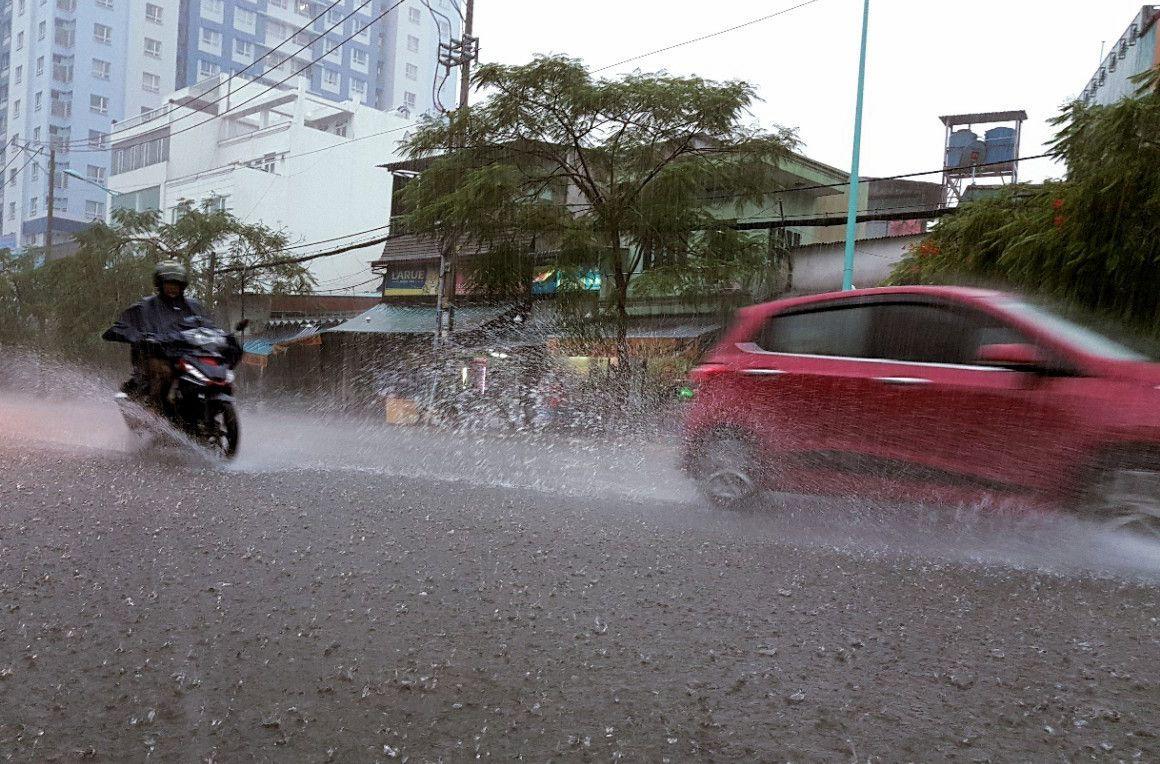 Những thói quen gây hại khi lái xe máy mùa mưa Ảnh 2