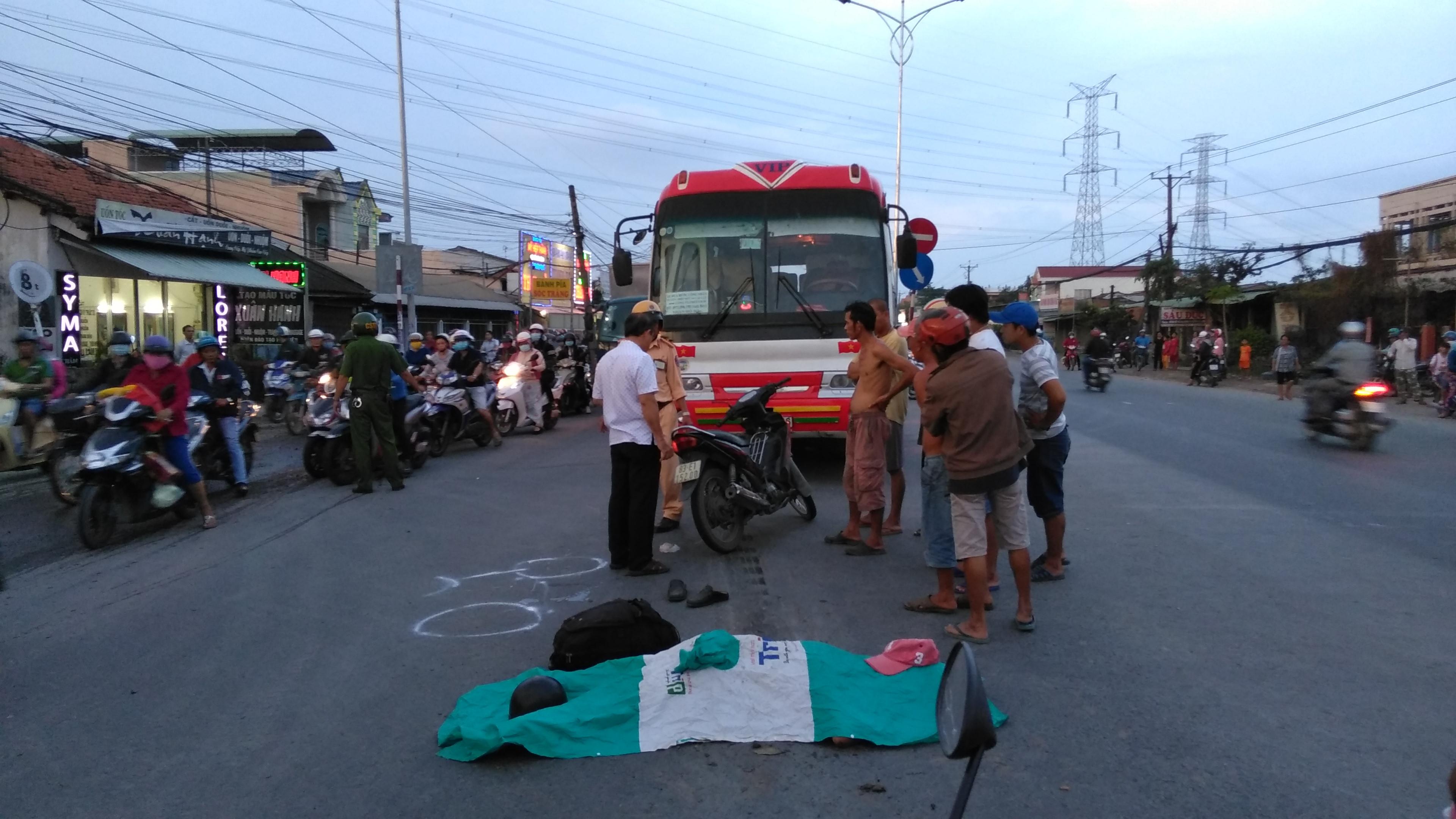 Té xuống đường sau va chạm, người đàn ông bị xe đưa rước công nhân cán tử vong Ảnh 1