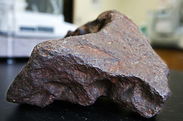 Viên thiên thạch trị giá hơn 100.000 USD dùng để... chặn cửa Ảnh 1
