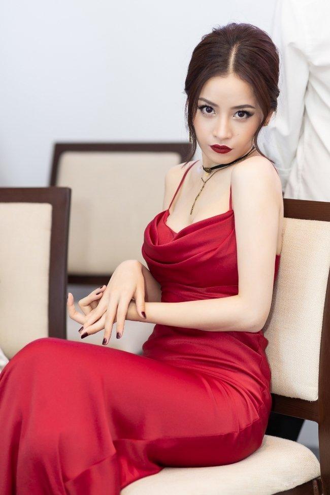 Mặc váy sexy, Chi Pu gọi mình là đóa hoa hồng xinh tươi Ảnh 1