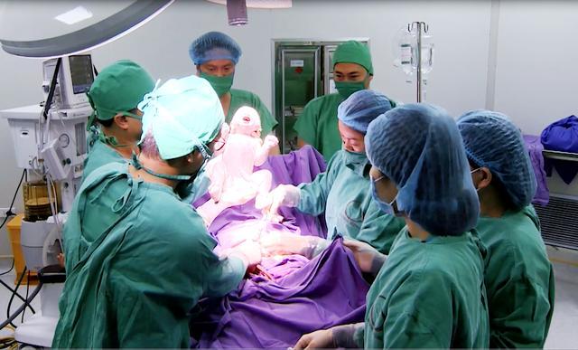 Mổ gấp cứu mẹ con sản phụ bị rau tiền đạo nguy hiểm Ảnh 1