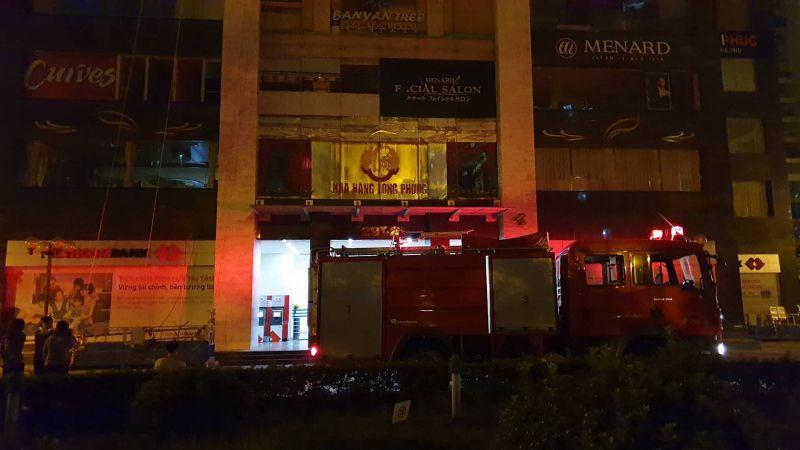 Cháy tầng 3 chung cư, lính cứu hỏa đập cửa kính dập khói Ảnh 1