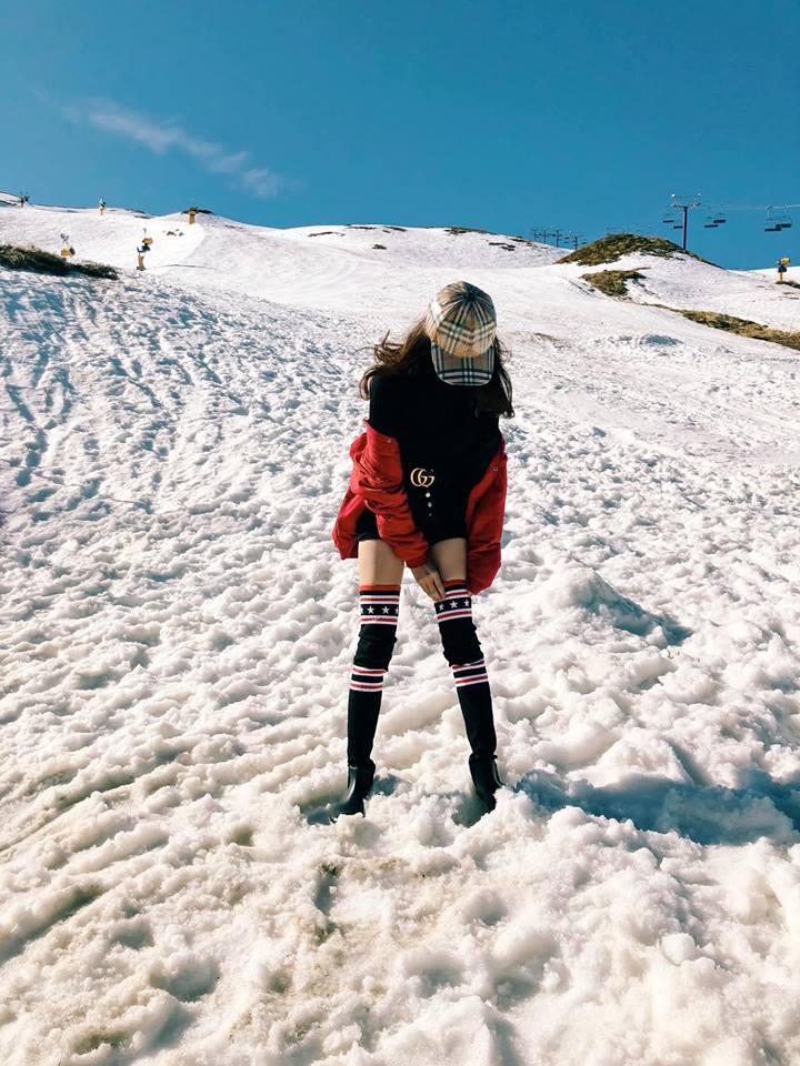 Hương Giang mặc quần siêu ngắn khoe chân dài miên man giữa trời tuyết trắng xóa Ảnh 3