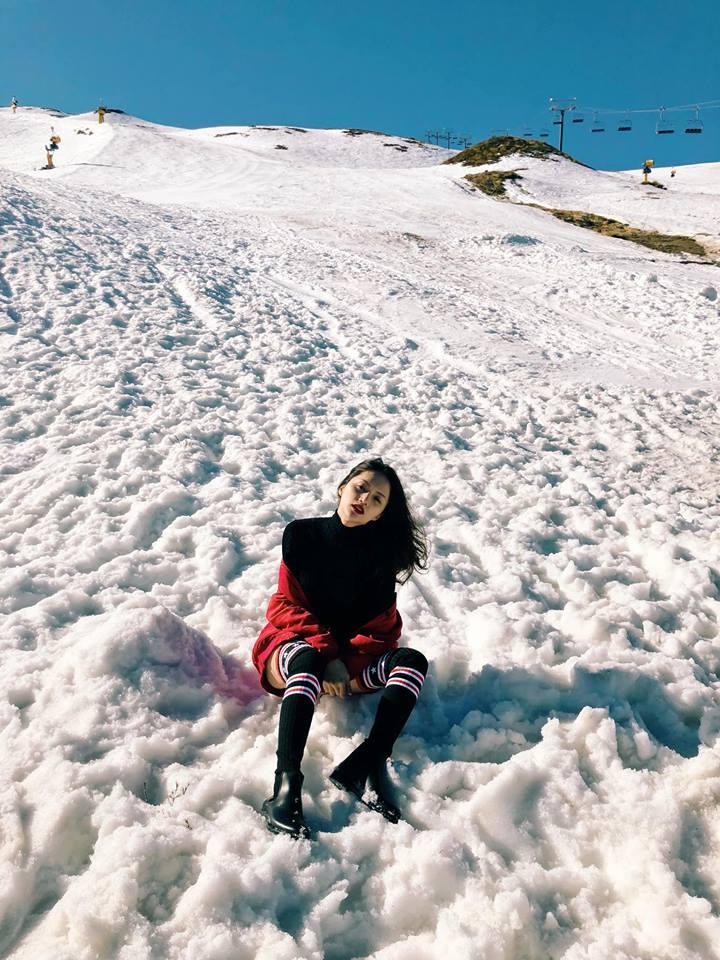 Hương Giang mặc quần siêu ngắn khoe chân dài miên man giữa trời tuyết trắng xóa Ảnh 1