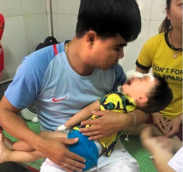 Xua tay đuổi chó becgie nhà nuôi, bé trai 2 tuổi bị cào cắn chi chít thương tâm Ảnh 1