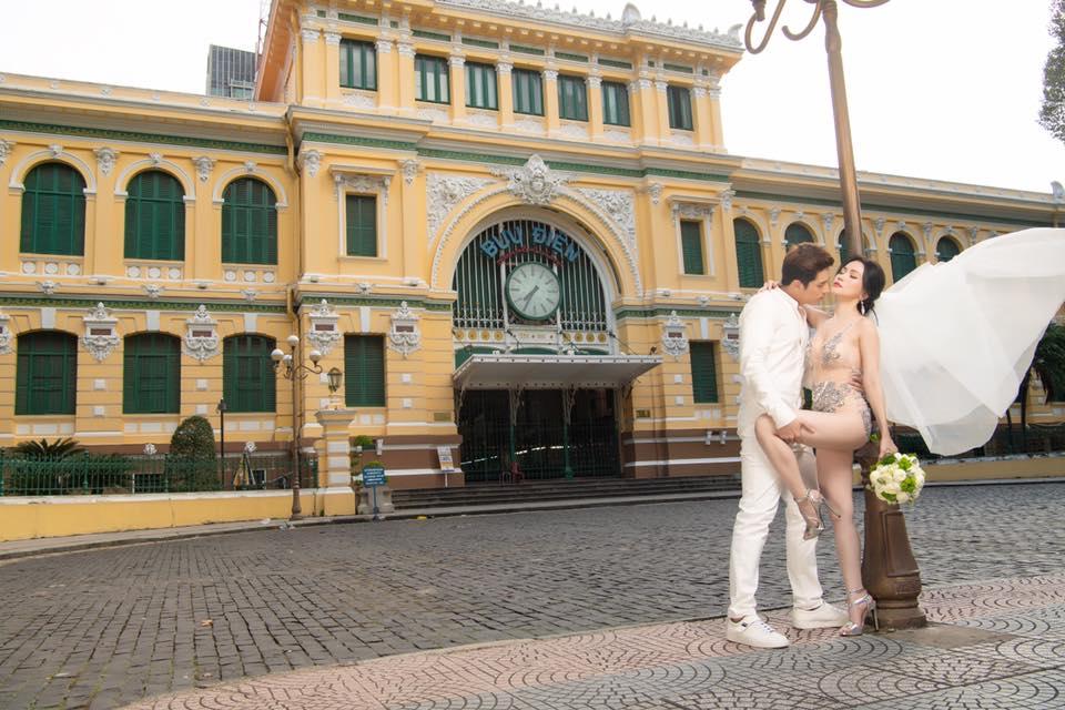Mặc bodysuit xuyên thấu chụp ảnh cưới lại còn ngả ngớn nơi trang nghiêm, Sĩ Thanh bị chê 'rẻ tiền' Ảnh 5