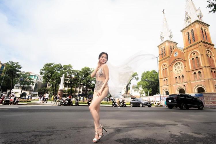 Diện đồ hở hang chụp ảnh cưới giữa phố, Sĩ Thanh nhận 'mưa gạch đá' từ cộng đồng mạng Ảnh 1