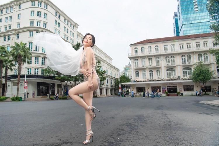 Diện đồ hở hang chụp ảnh cưới giữa phố, Sĩ Thanh nhận 'mưa gạch đá' từ cộng đồng mạng Ảnh 2