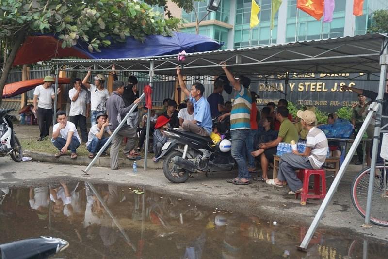 Đà Nẵng: Dân tiếp tục vây nhà máy thép ô nhiễm Ảnh 2