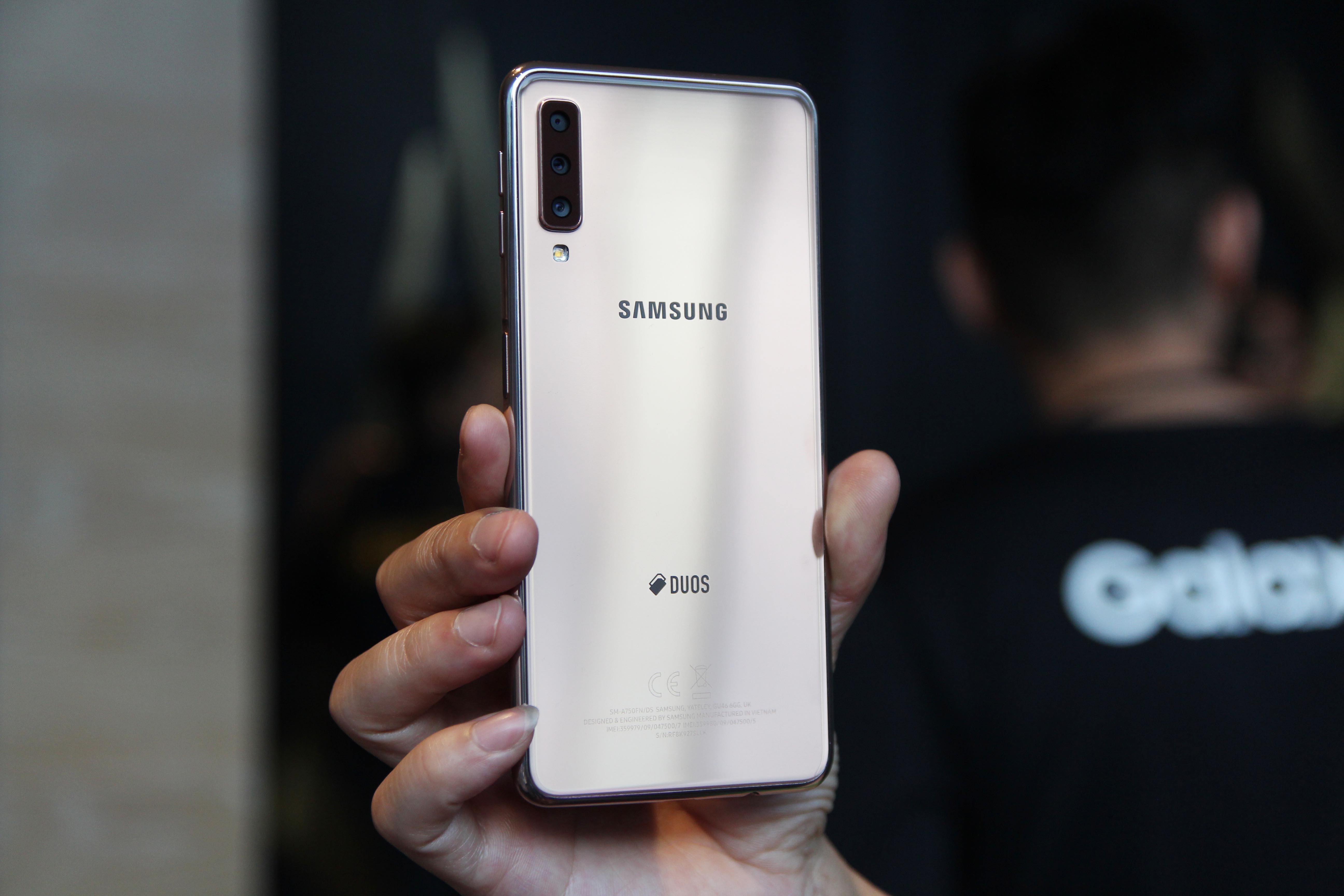Chi tiết Galaxy A7 2018 - 3 camera sau, vân tay ở cạnh bên Ảnh 7
