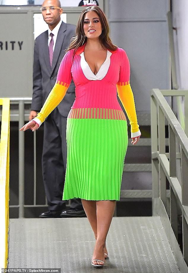 'Siêu mẫu béo' Ashley Graham đẫy đà với đầm nhiều màu rực rỡ Ảnh 1