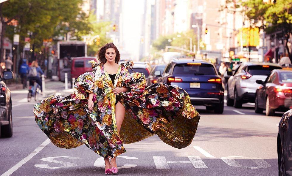 'Siêu mẫu béo' Ashley Graham đẫy đà với đầm nhiều màu rực rỡ Ảnh 7