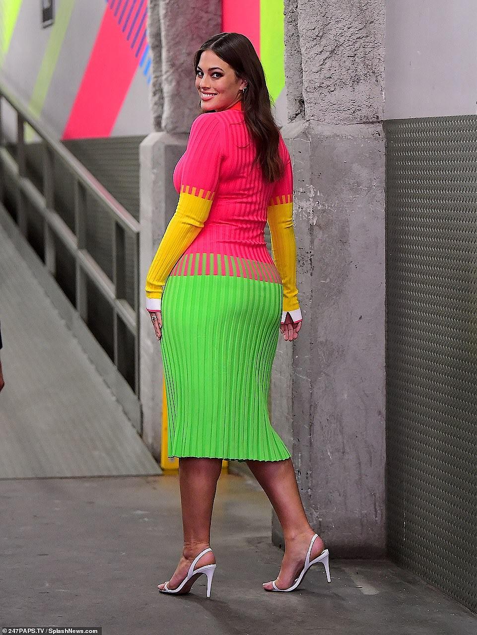 'Siêu mẫu béo' Ashley Graham đẫy đà với đầm nhiều màu rực rỡ Ảnh 4
